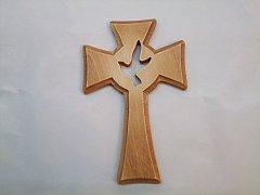 Dřevěný vyřezávaný kříž - holubice 15 cm
