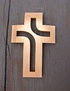 Dřevěný vyřezávaný kříž plastický - 20 cm