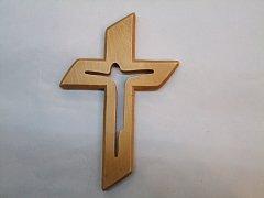 Kříž s vyříznutým Ježíšem - 15 cm