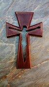 Kříž s vyříznutým Ježíšem rovný