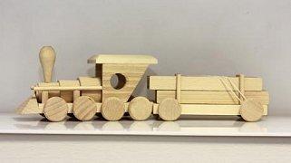 Mašinka s vagonem dřeva