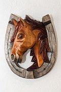 Podkova s hlavou koně hnědá - dřevěná plastika 22x18