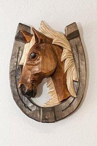 Podkova s hlavou koně světlá - dřevěná plastika 23x17 - 1