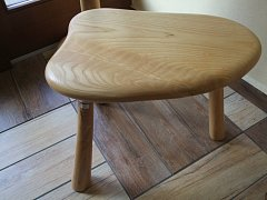 Stolička lakovaná