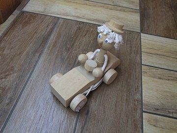 Tahací panáček v autíčku natur - 1